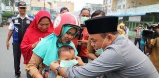 Bupati Labuhanbatu, Bagikan Masker ke Masyarakat untuk Antisipasi Penyakit Ispa