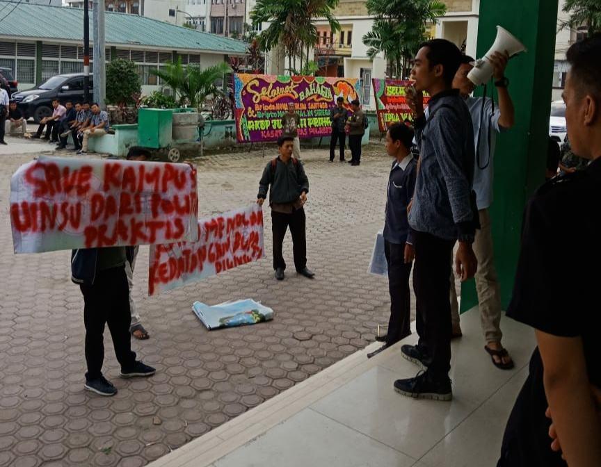 Diduga Kampanye Terselubung, Bupati Labura di Demo