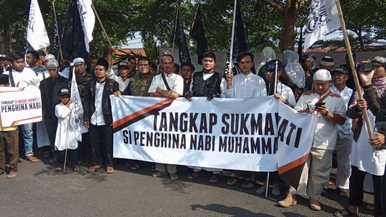 Unjuk Rasa ALMUTABAR, Massa Tuntut Tangkap Sukmawati