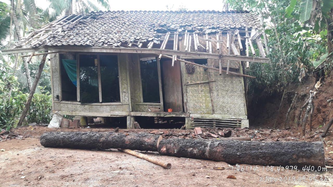Angin Kencang Ciamis, Rumah Warga Tertimpa Pohon Tumbang