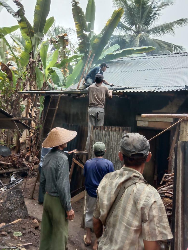 Angin Kencang Ciamis, Atap Rumah Warga Tertimpa Pohon Aren