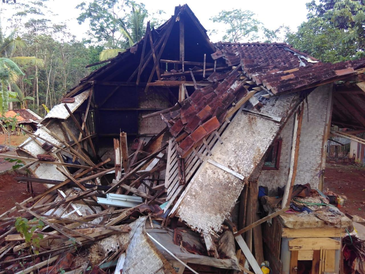 Hujan di Ciamis, Rumah Warga Roboh