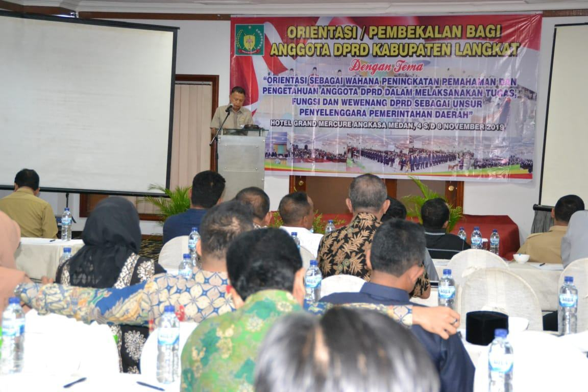 Drs Basrah Pardomuan menyampaikan laporan dasar pelaksanaan orientasi.