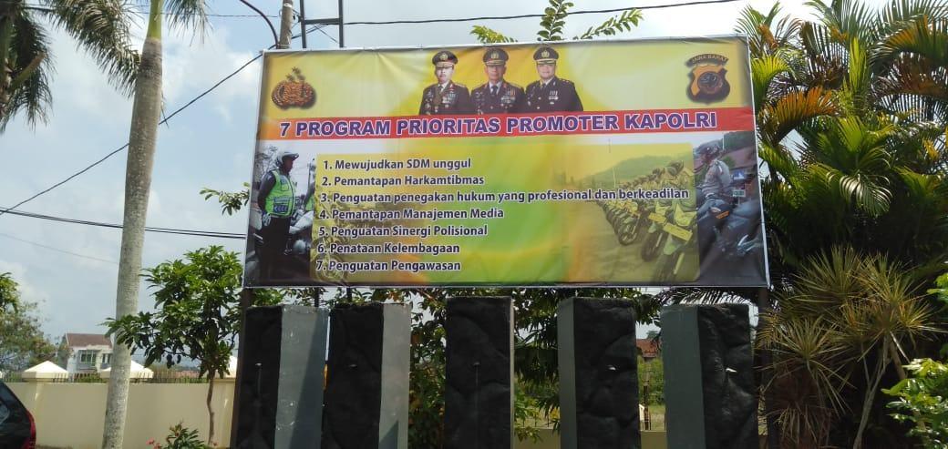 Tujuh Program Prioritas Kapolri, Polres Banjar Sosialisasikan Melalui Pemasangan Spanduk