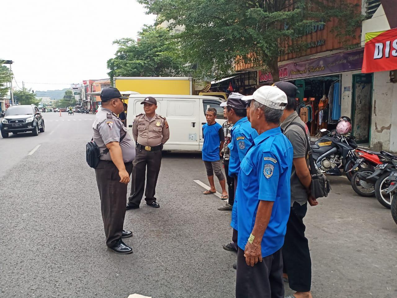 Sat Binmas Polres Banjar, Lakukan Penyuluhan Dialogis Kepada Petugas Parkir