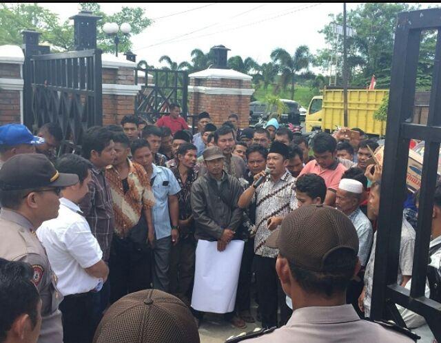 Masyarakat 7 Desa di Kecamatan Dolok, Gelar Aksi Unras di Kantor Bupati Paluta