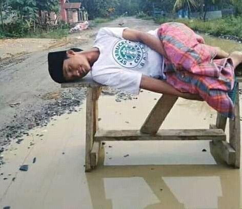 Jalan Rusak Wampu, Mahasiswa Tidur di Atas Air Pakai Sarung