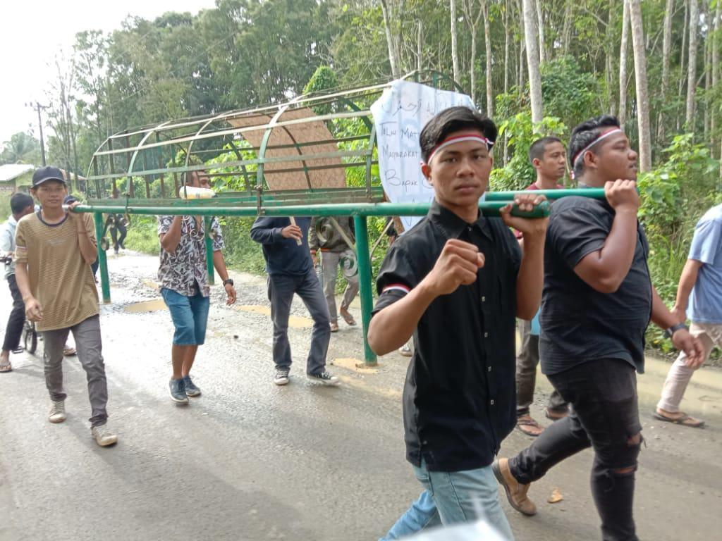 Jalan Rusak Wampu, Massa Aksi Bawa Keranda