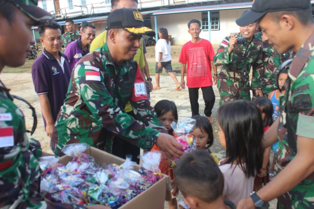 Berbagi Kasih di Hari Natal, Satgas Pamtas Yonif 133/YS Konvoi Keliling Desa
