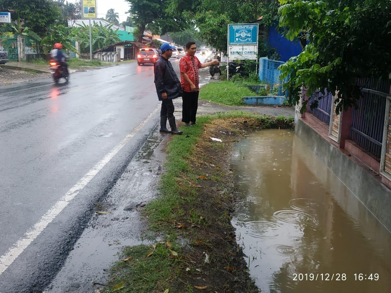 Jelang Tahun Baru, Warga Desa Ciherang Disambut Banjir
