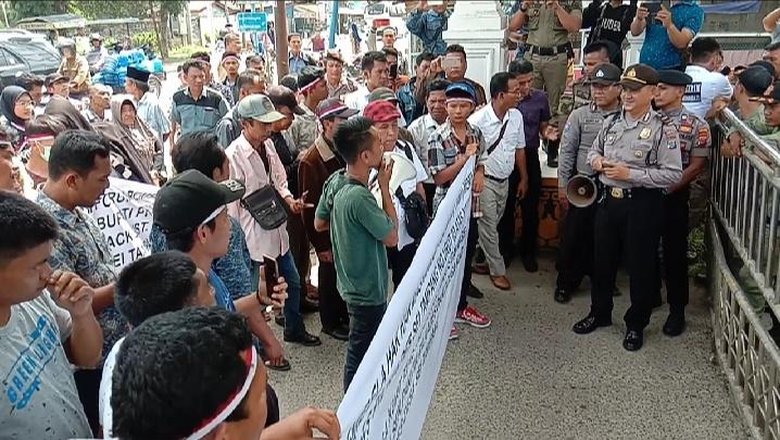 Masyarakat Desa Sei Tampang, Tuntut Calon Kades Asmui di Black List