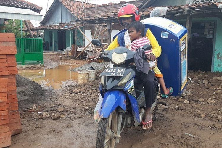 Viral, Tarmuji Penjual Roti Keliling Sambil Menggendong Putrinya yang Lumpuh