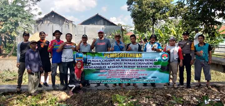 Pemdes Ciganceng Pangandaran Bersama KPSC, Lakukan Pembersihan Aliran Sungai
