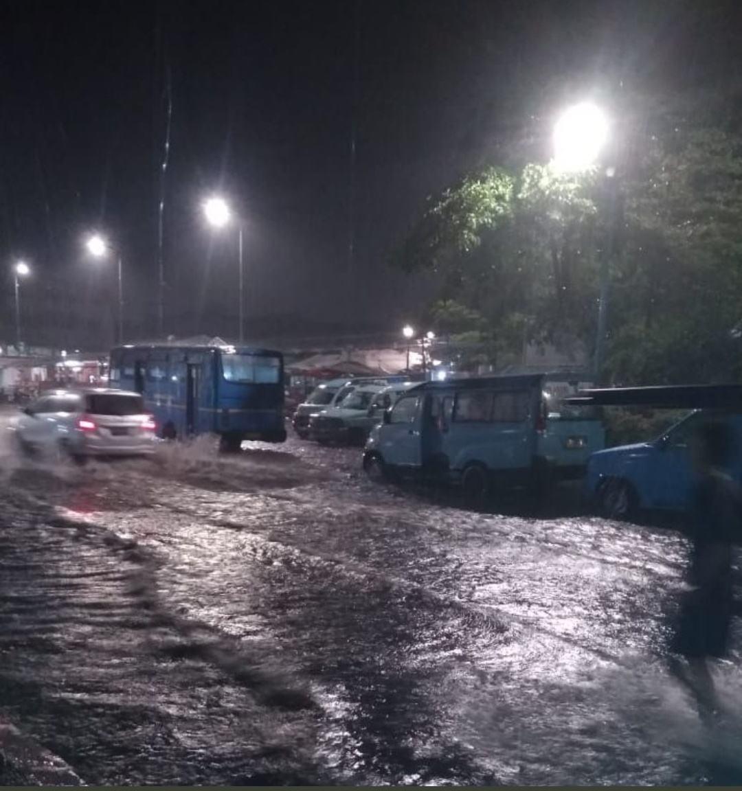 Banjir di Jakarta Barat, Warga Evakuasi Perabotan