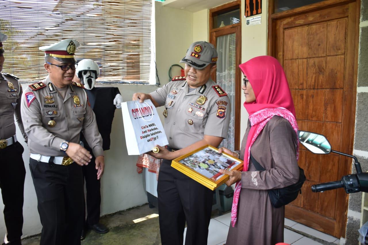 Disiplin Berlalu Lintas, Kapolres Banjar Berikan Penghargaan kepada Karyawan PLN
