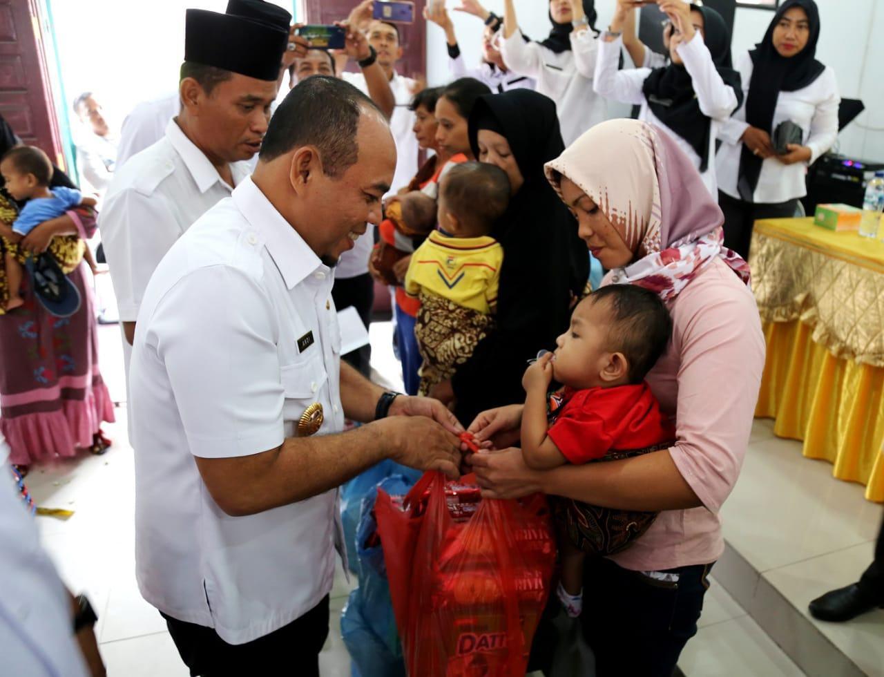 Bupati Labuhanbatu, Serahkan Bantuan Penanggulangan Gizi Buruk untuk 50 Anak Balita