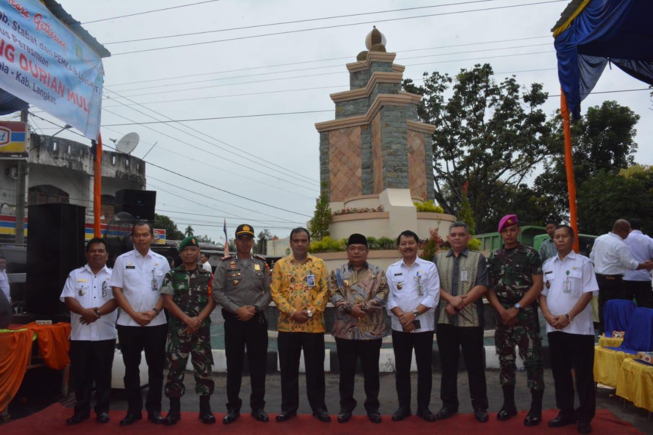 Bupati dan Ketua TP PKK Langkat, Resmikan Tugu Simpang Durian Mulo