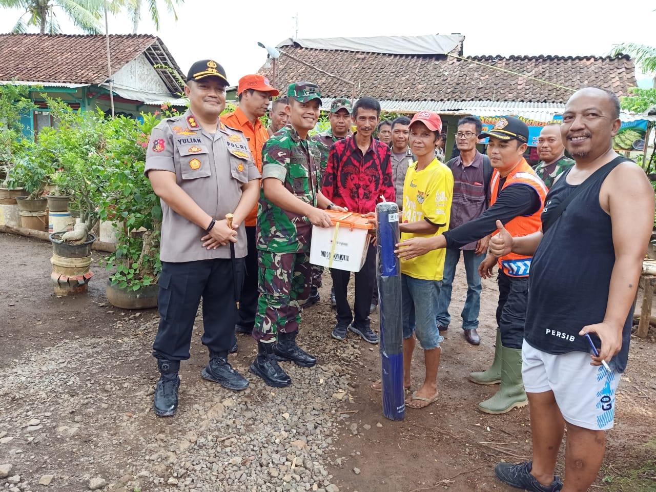 Kapolres Banjar, bersama Dandim dan Wakil Walikota Banjar Salurkan Bantuan Korban Angin Puting Beliung