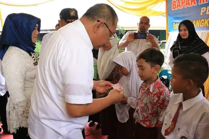 Plt Walikota Medan Serahkan 150 Keping KIA di Sekolah Yayasan Washliyani