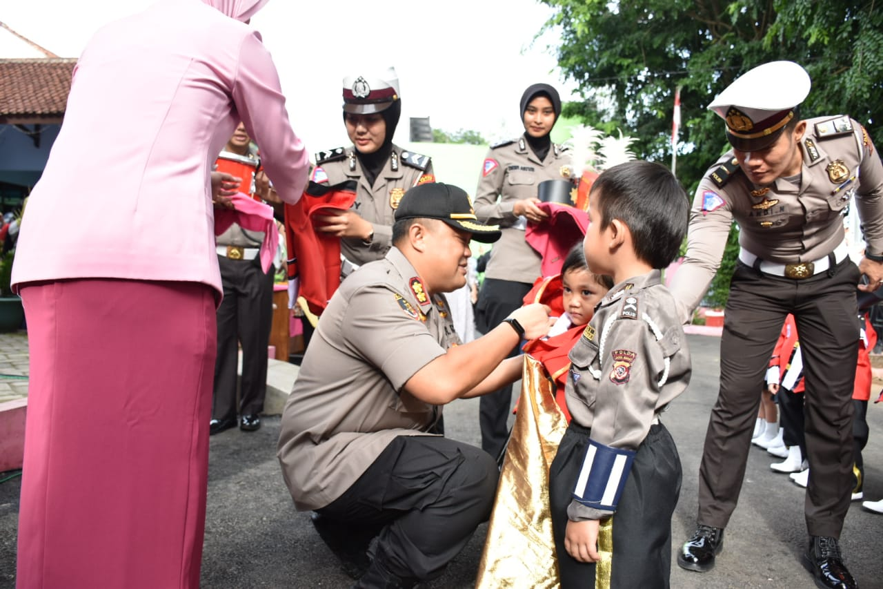 Kapolres Banjar, Serahkan Bantuan untuk Sekolah TK Kemala Bhayangkari 26 Banjar