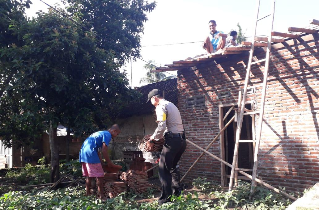 Dikenal Sebagai Sosok yang Bersahaja, Bhabinkamtibmas Langensari Gotong Royong Bangun Rumah Warga