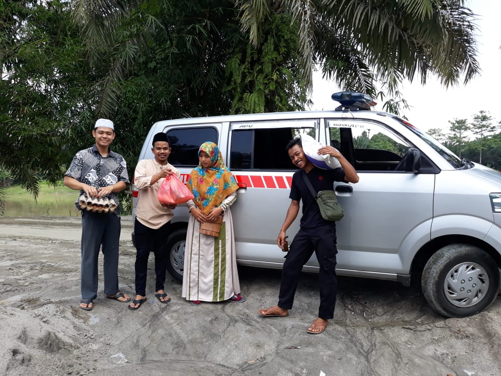 Rombongan Ambulans Masjid Raya Stabat Bagi-Bagi Sembako