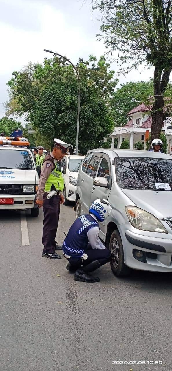 Tertibkan Parkir Liar, Dishub Kota Medan Gembosi Puluhan Ban Mobil dan Ditilang