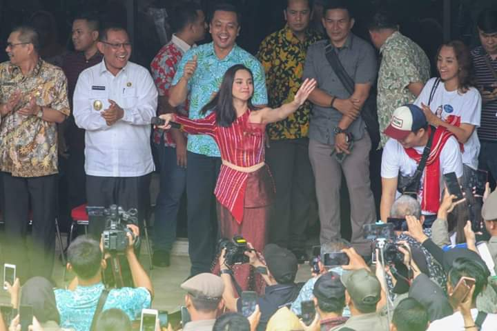 Juara Indonesian Idol Lyodra Kunjungi Balai Kota Medan