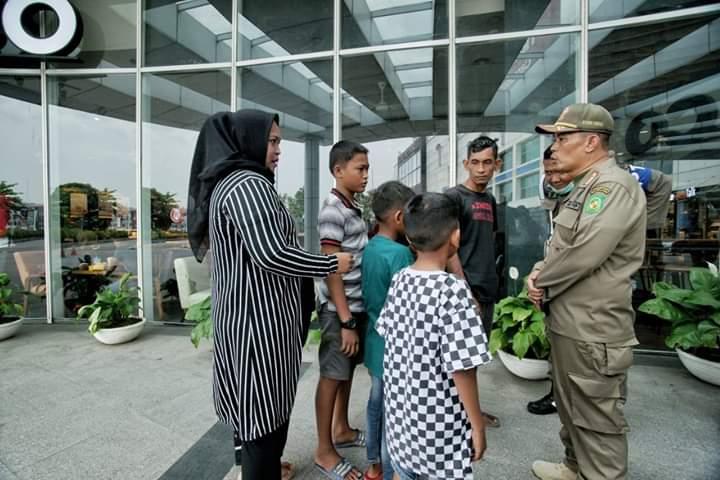 Satpol PP Kota Medan Awasi Anak Sekolah di Pusat Keramaian