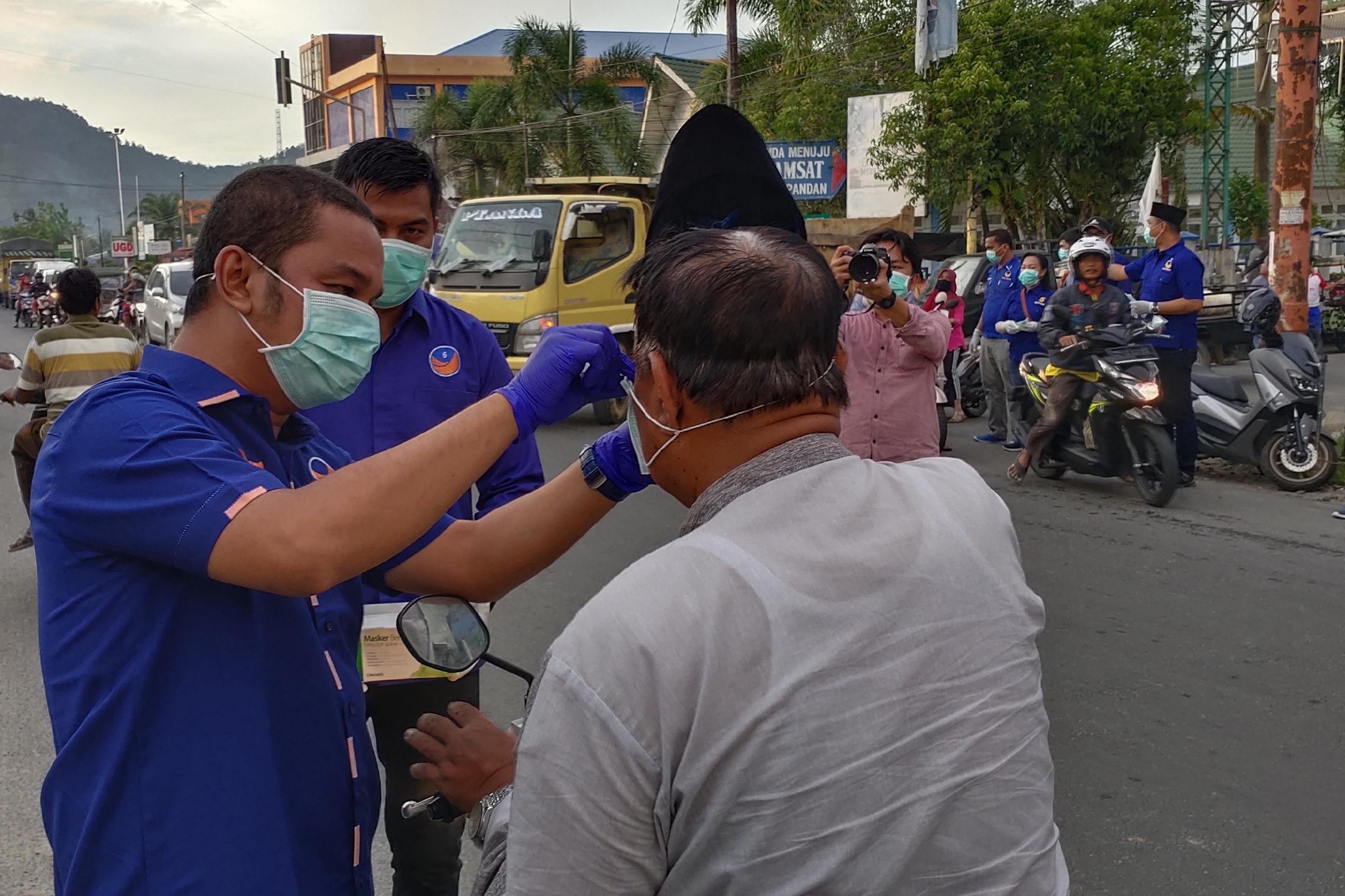 Antisipasi Penyebaran Corona DPD Nasdem Tapteng Bagikan Lima Ribu Masker