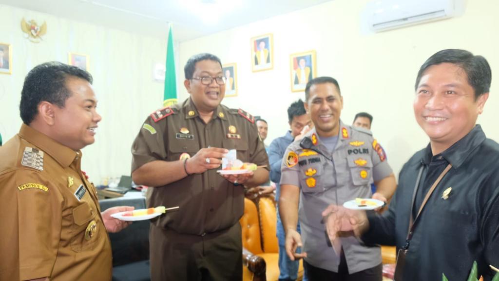 Momen Kapolres Tanjung Balai, Berikan Kejutan pada Ketua Pengadilan Negeri