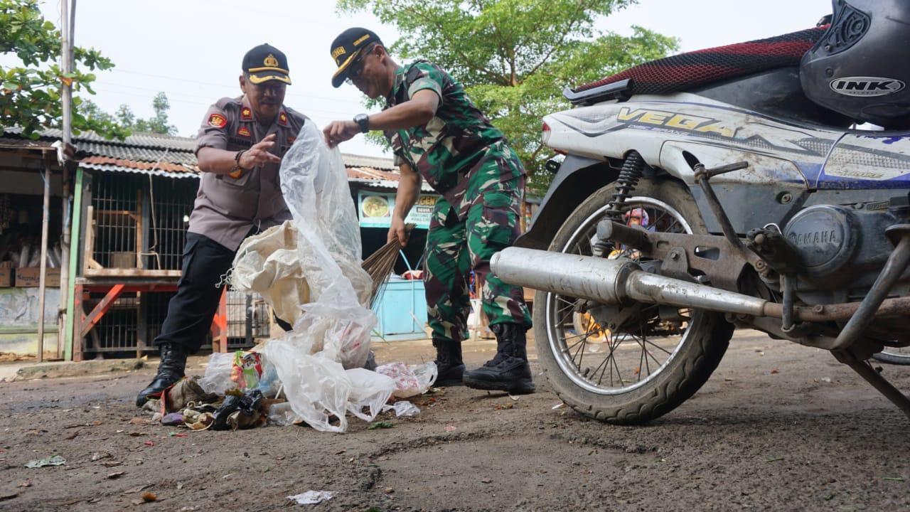 Polri-TNI dan Forkopimda Bersih-Bersih di Pasar Baru