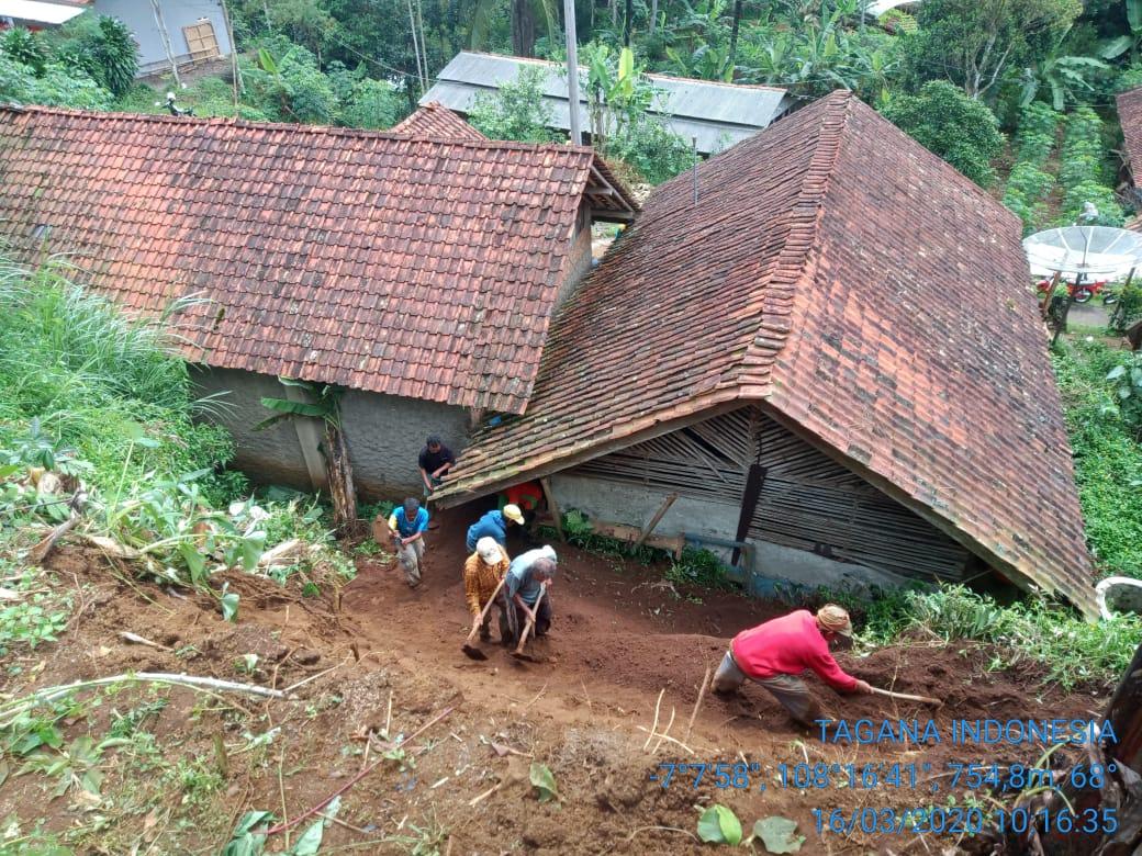 Hujan di Ciamis, Tebing Longsor