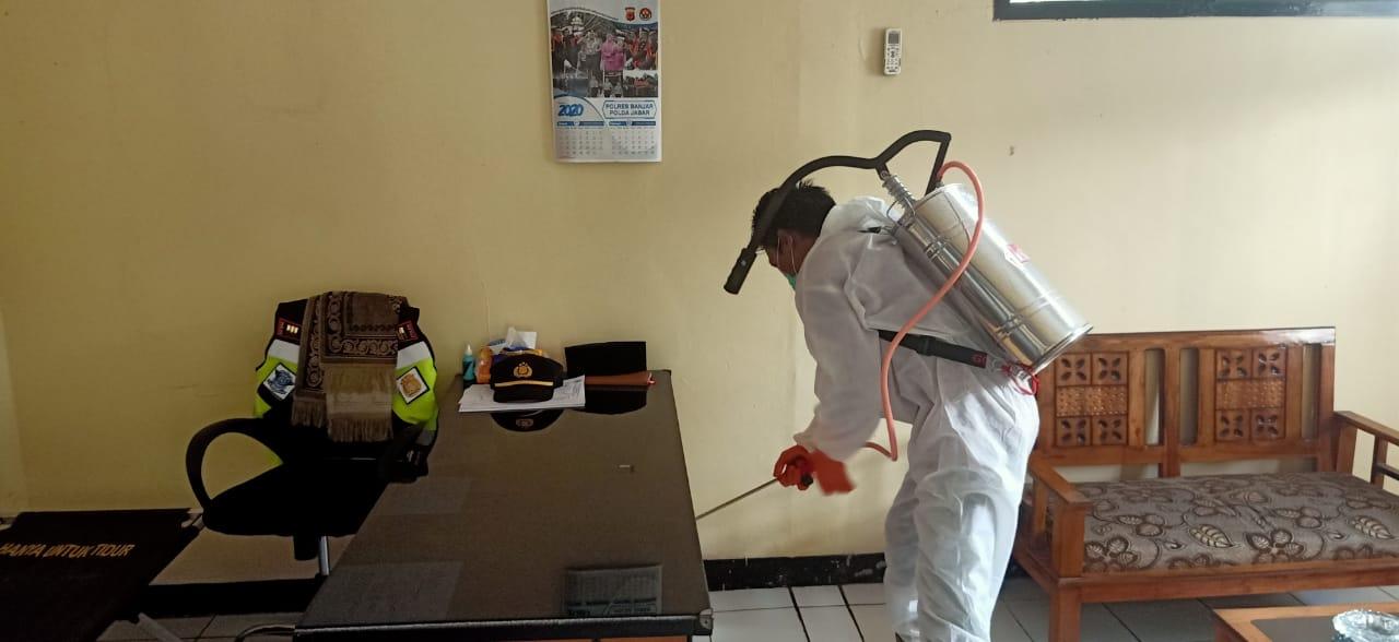 Antisipasi Virus Corona, Polres Banjar Semprotkan Cairan Disinfektan