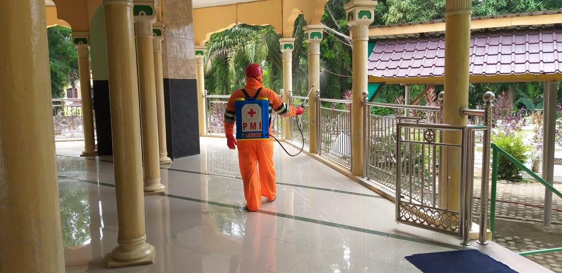 Virus Corona Menyerang Langkat, PMI Lakukan Penyemprotan Disinfektan di Masjid Raya Stabat