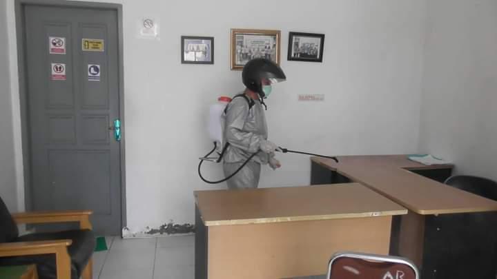 DLH Labuhanbatu, Sterilkan Kantor dari Virus Covid-19