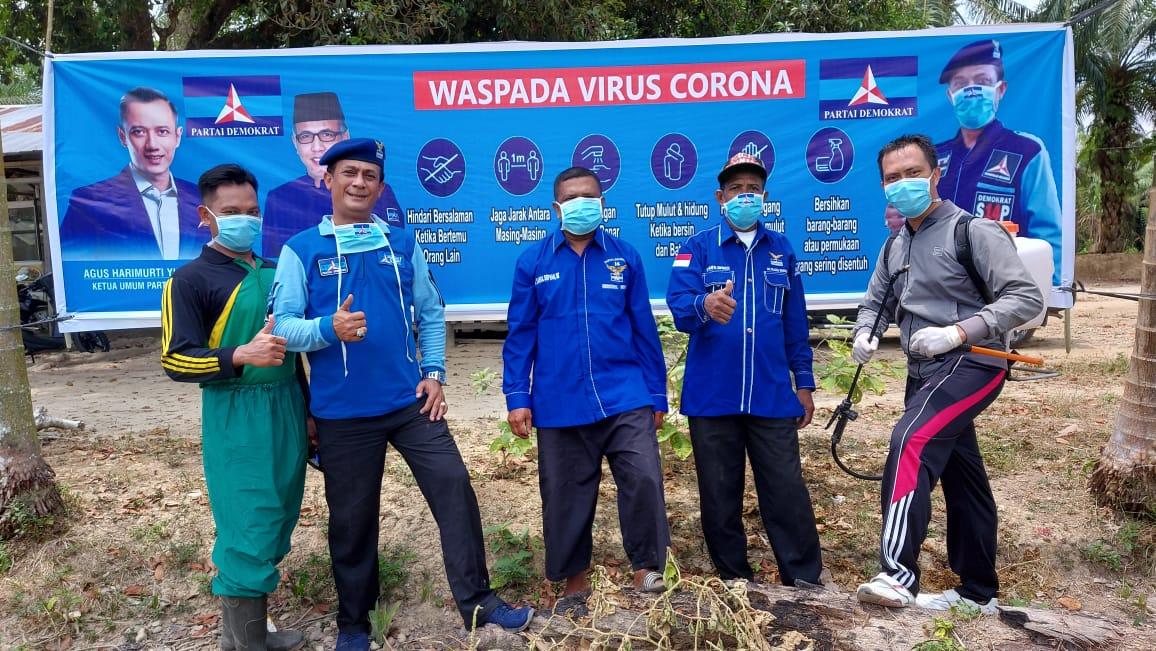 Cegah Virus Corona, Sekjen Partai Demokrat Aceh Tamiang Semprot Disinfektan Sebelum Shalat Jumat