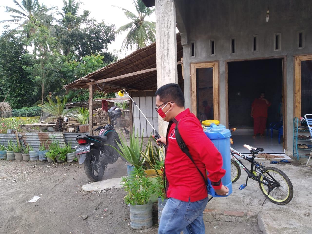 Ketua PDIP Langkat, Semprot Disinfektan ke Pemukiman Warga dan Rumah Ibadah