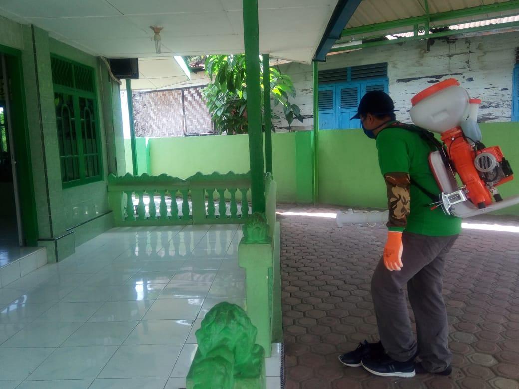 Cegah Wabah Covid-19, Dinas Pertanian Labuhanbatu Semprot Disinfektan di Seluruh Musala