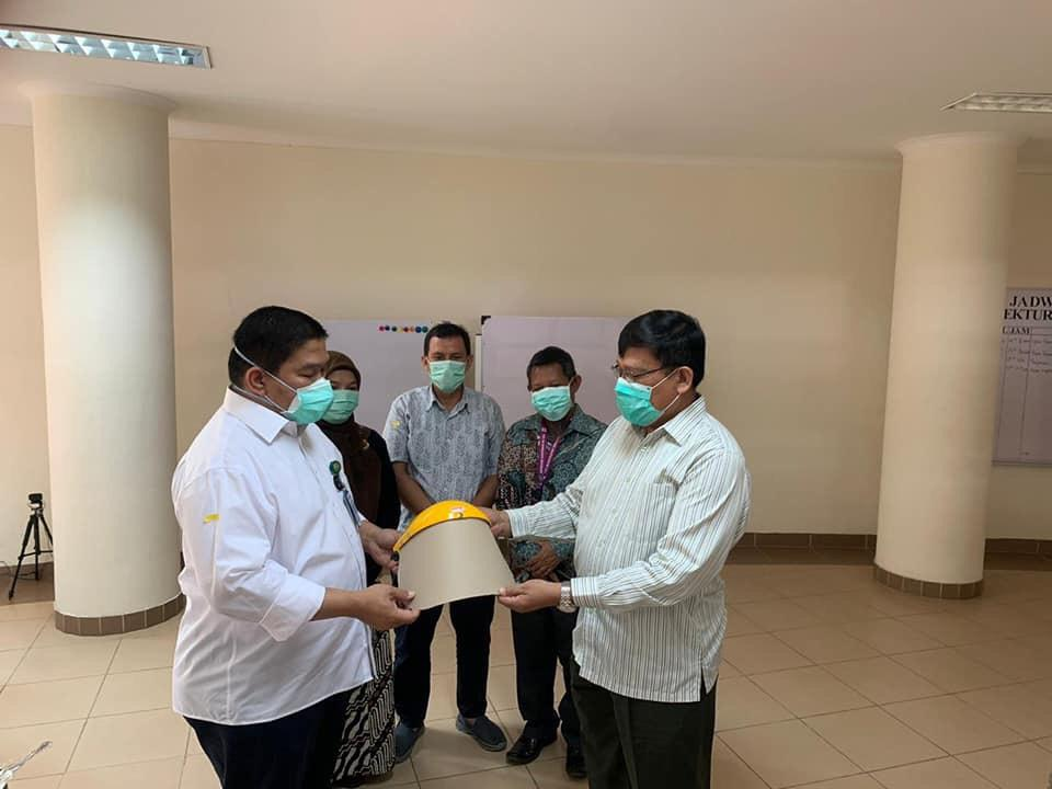 MW Kahmi Sumut Peduli Covid-19, Menyerahkan APD ke RS Pendidikan USU
