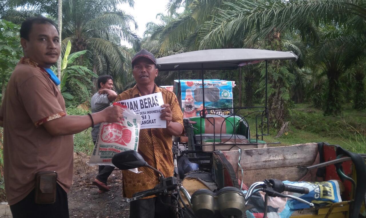 Apdesi Langkat, Bagikan Sembako untuk Tukang Becak di Tengah Wabah Corona