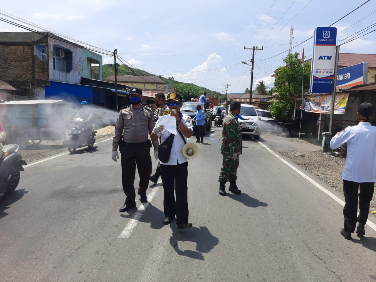 Laksanakan Intruksi Bupati, Kecamatan Badiri Semprot Cairan Disinfektan