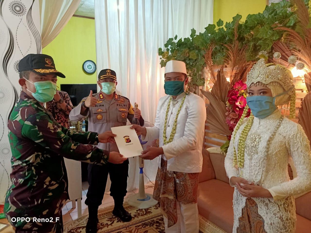 Cegah Penyebaran Covid-19, Pasangan Pengantin di Banjar Terapkan Social Distancing
