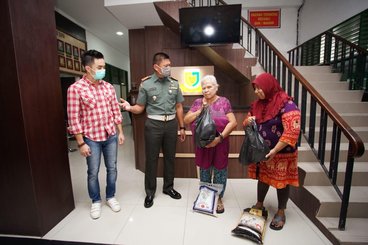 Denpom Medan, Serahkan Paket Sembako yang Terkena Dampak Corona