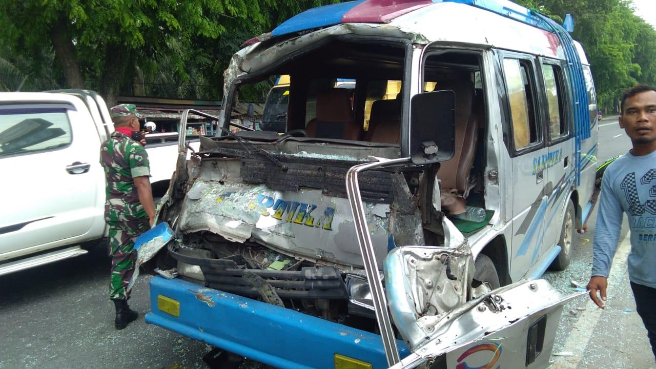 Akibat Cium Pantat Truck di Jalinsum Sidomukti, Bus Sartika Ringsek bagian Depan