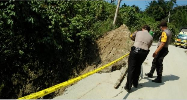 Polsek Gunung Meriah, Pasang Police Line di Jalan Rawan Longsor