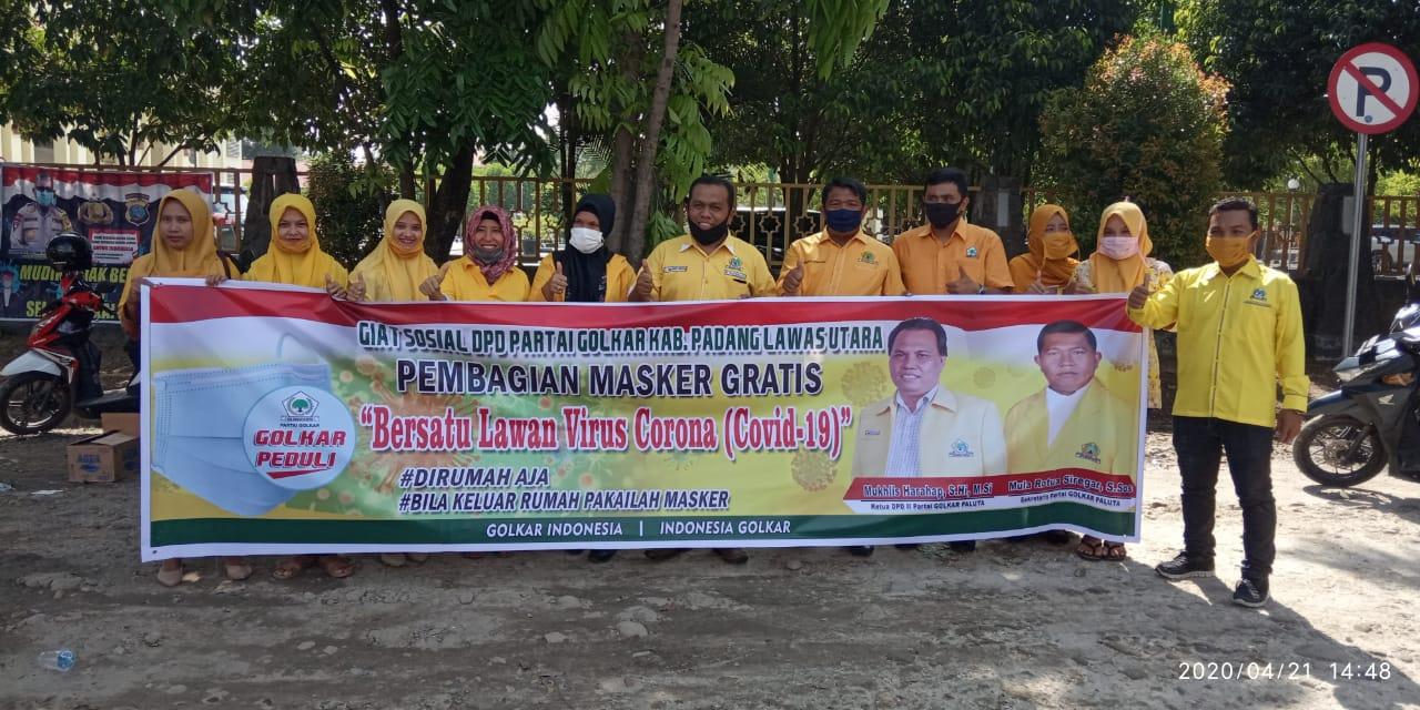 Lawan Covid-19, DPD Partai Golkar Paluta bagikan Masker ke Warga