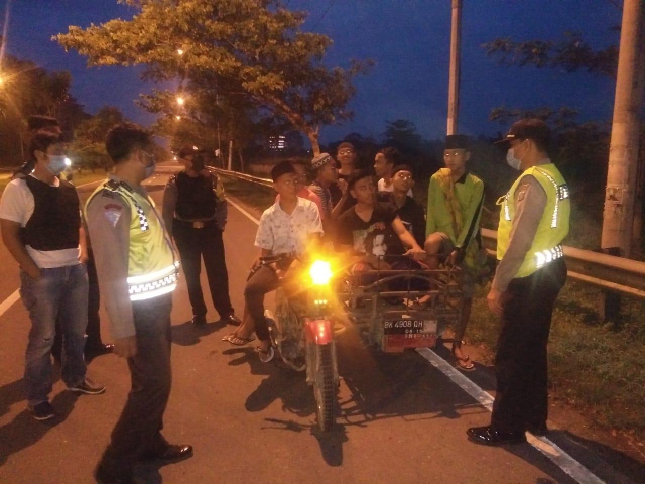 Polsek Batang Kuis, Giat Patroli Cegah Corona di Asmara Subuh