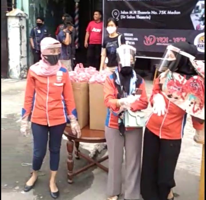 Sir Salon, Yen Yen dan Yayasan Moggalana Indonesia Bagikan Makanan Gratis