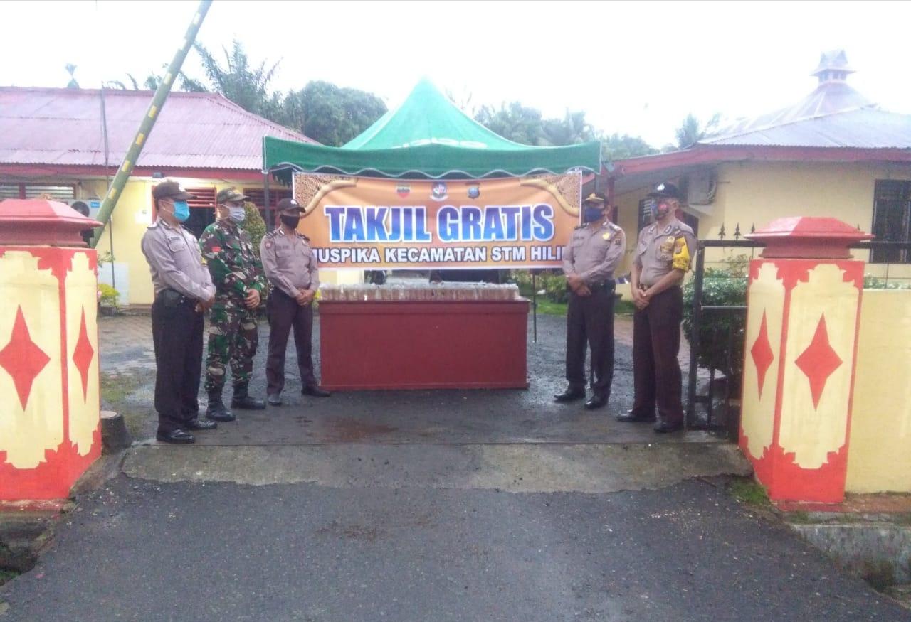 TNI-Polri Kompak di Deli Serdang, Bagikan Takjil Jelang Berbuka